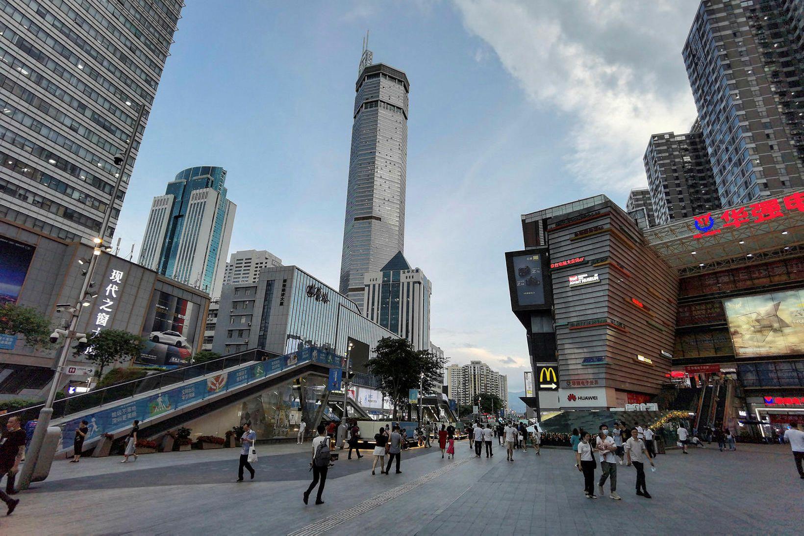 Skýjakljúfurinn er í Shenzhen og er um 300 metra hár.