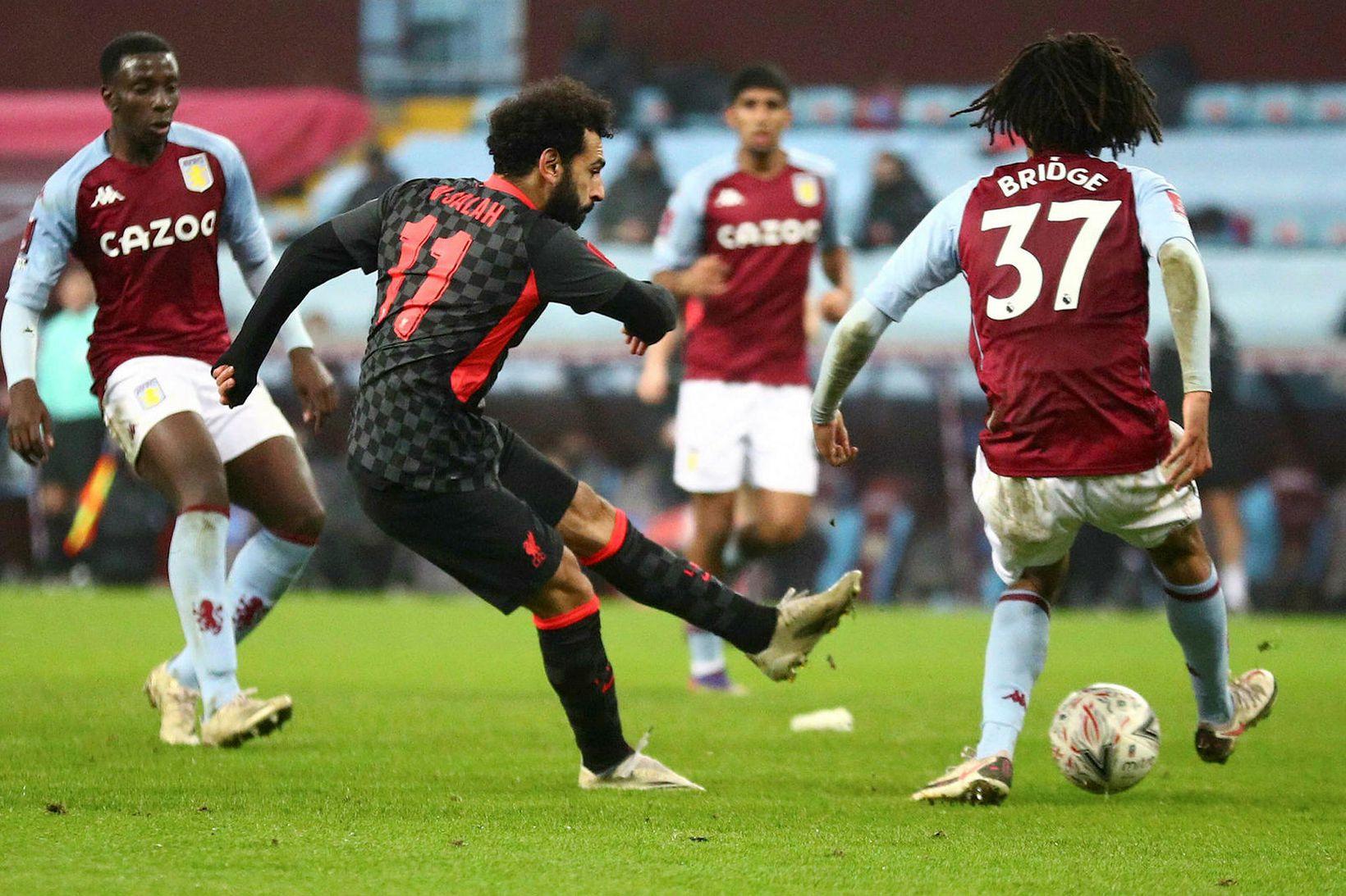 Mohamed Salah skorar hér fjórða mark Liverpool á Villa Park …