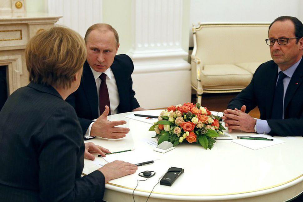Angela Merkel, Vladimir Pútin og Francois Hollande ráða ráðum sínum.