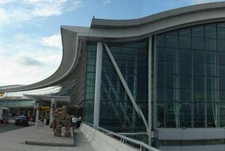 Konan var handtekin á Pearson alþjóðaflugvellinum í Toronto.