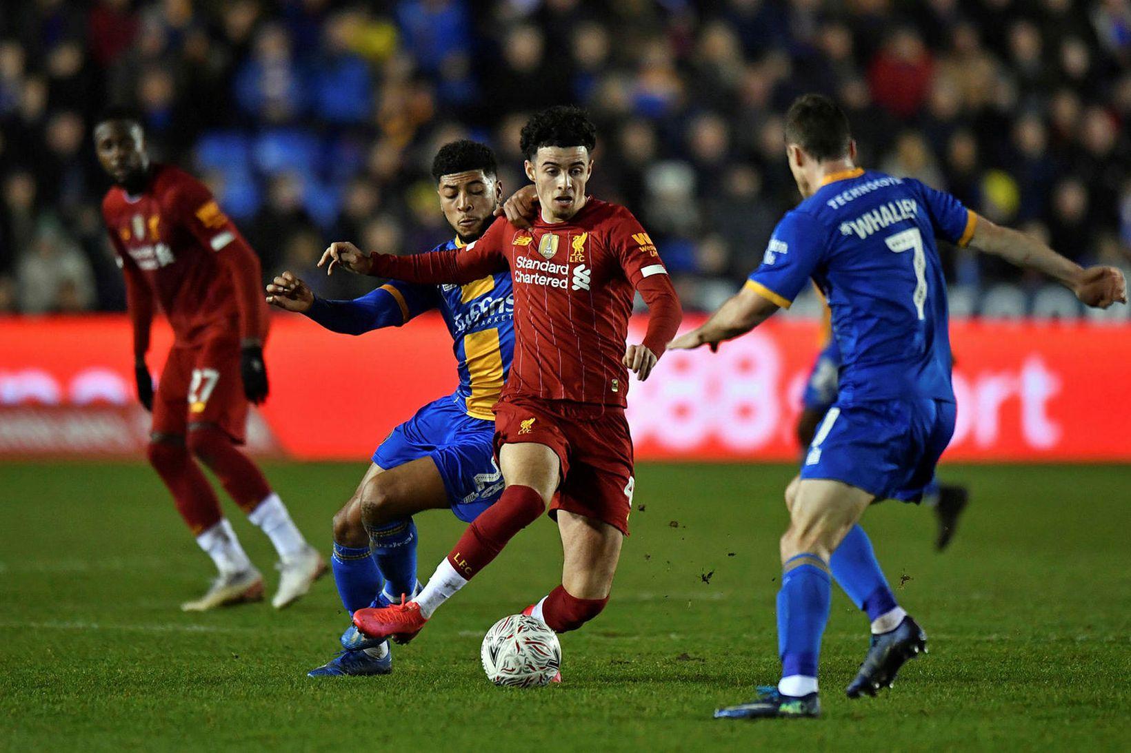 Curtis Jones í baráttunni gegn Shrewsbury í gær þar sem …