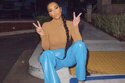 Kim Kardashian birti myndir af sér í bláu buxunum.
