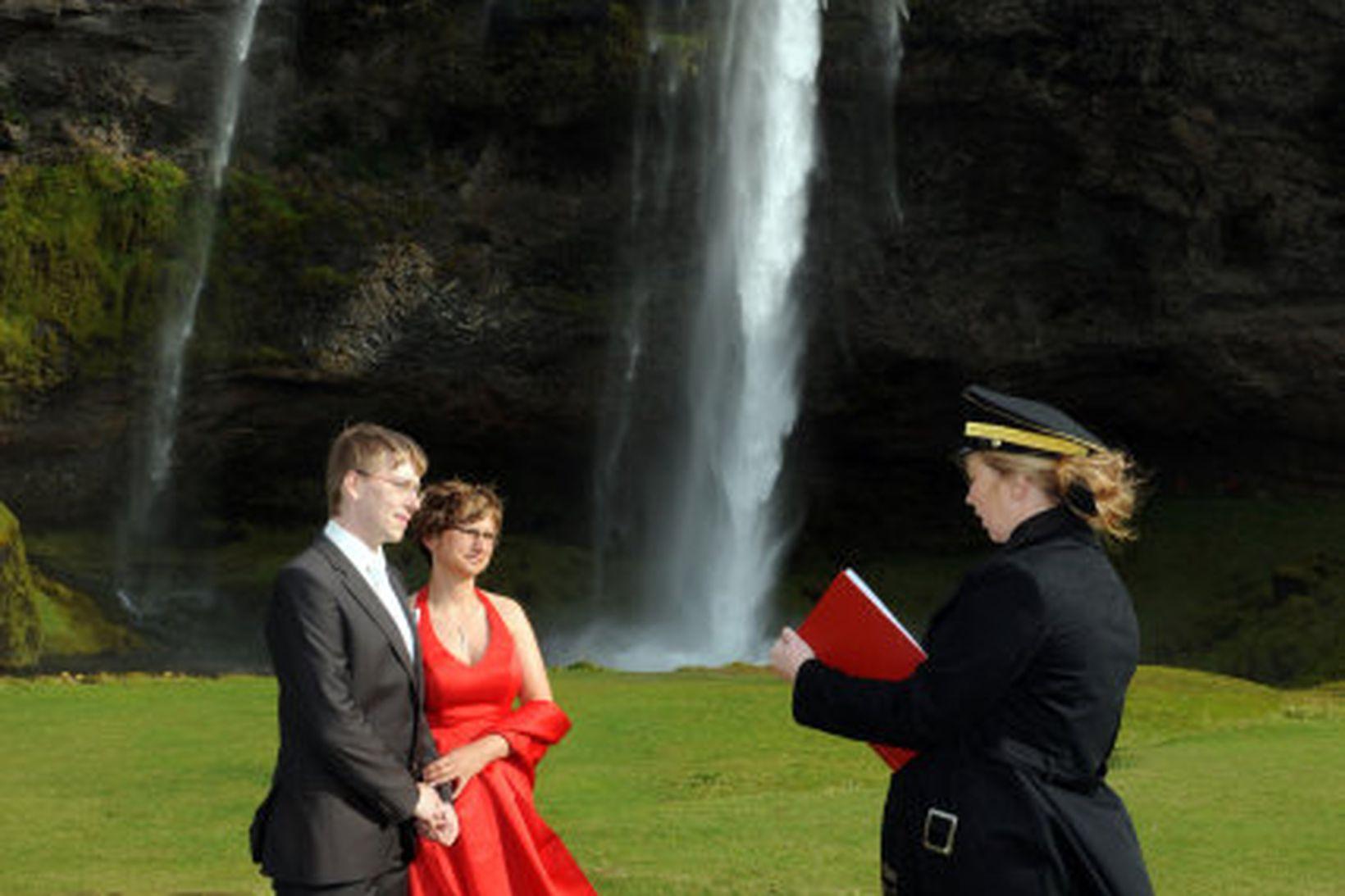 Þau Christian og Anke Wiesner voru gefin saman við Seljalandsfoss …