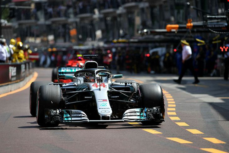 Lewis Hamilton kemur inn til dekkjaskipta í tímatökunni í Mónakó.þ