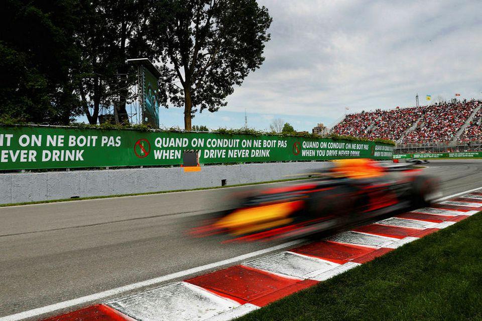 Ljósmyndarar eiga fullt í fangi með að fanga Daniel Ricciardo á mynd í keppninni í ...