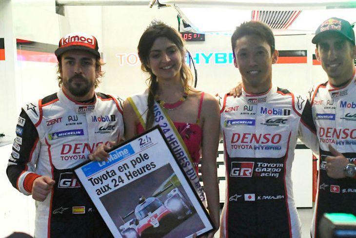 Alonso (l.t.v.) og félagar hans sem aka Toyotabíl númer 8 í Le Mans um helgina ...