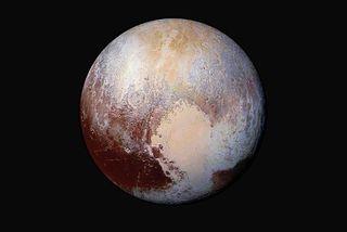 Plútó eins og hann kom fyrir sjónir New Horizons. Spútniksléttan er vestasti hluti hjartalaga svæðisins ...