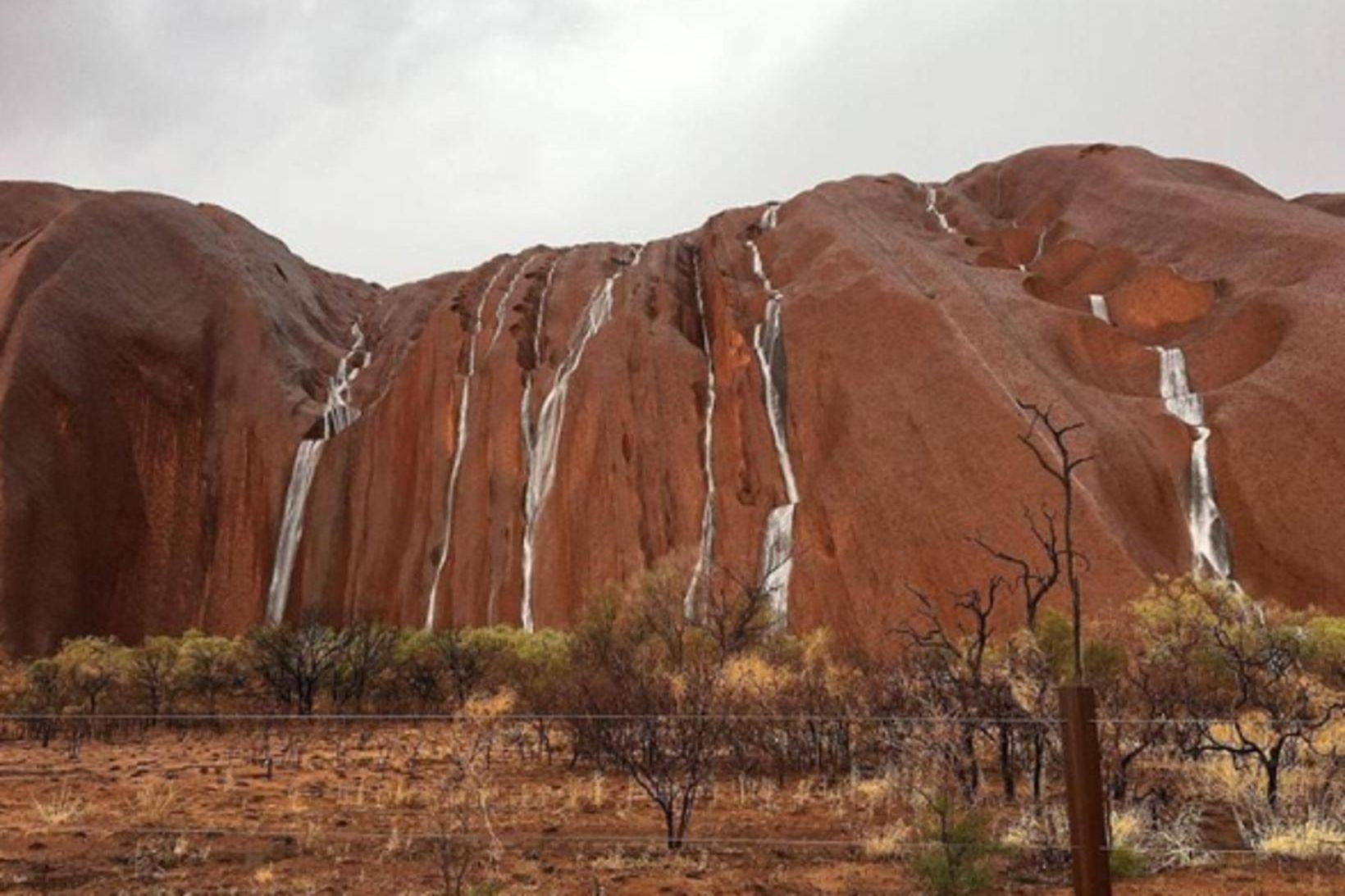 Uluru fjall eftir rigninguna.