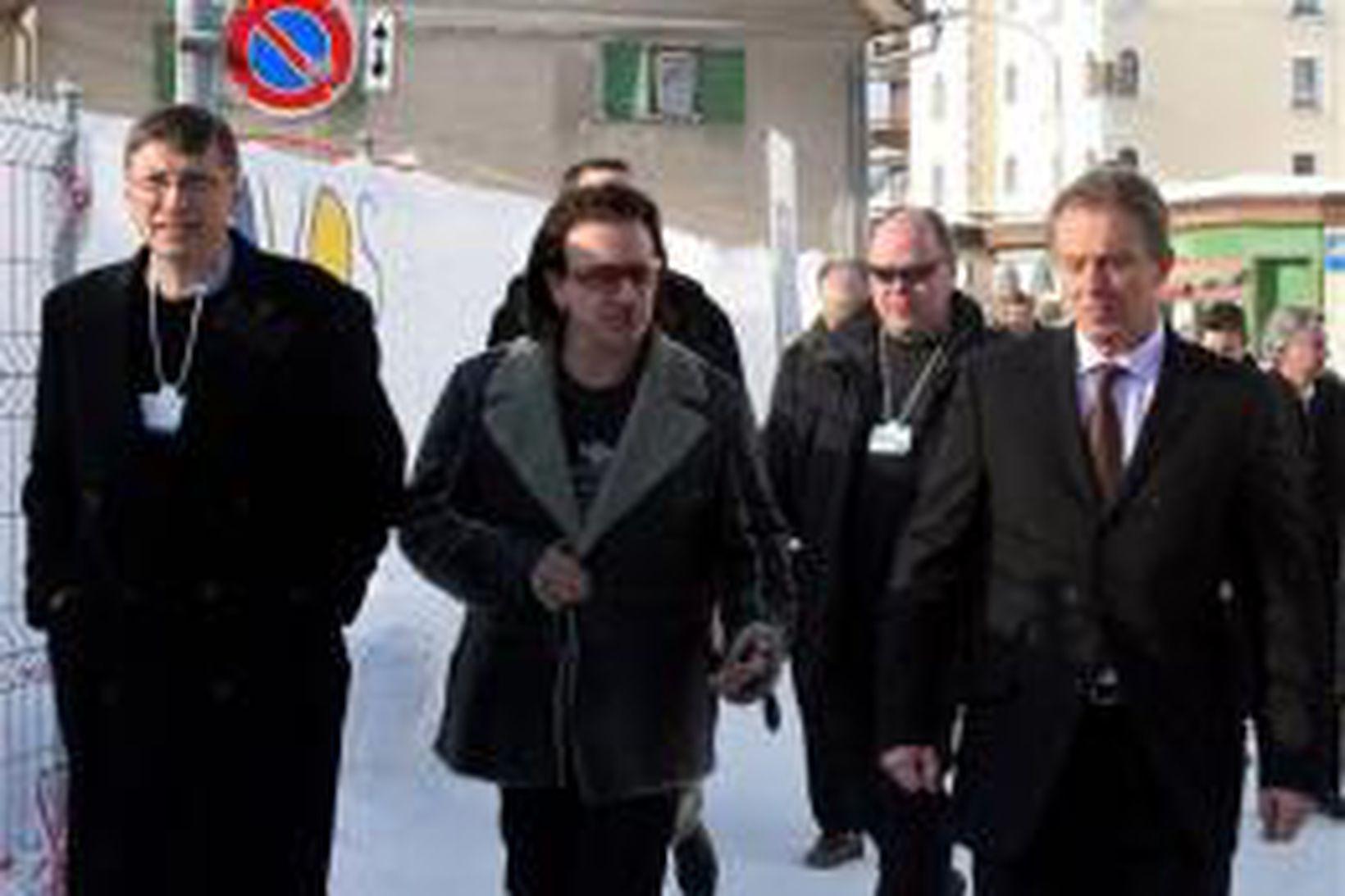 Bill Gates, Bono og Tony Blair á gangi í Davos …