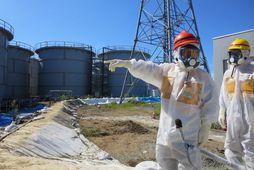 Starfsmenn TEPCO við mælingar í síðustu viku.