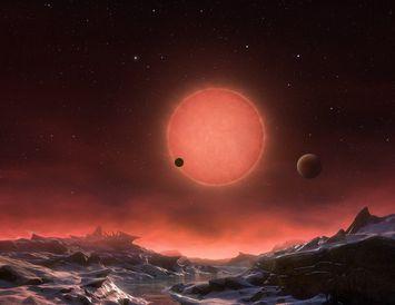 Hugmynd listamanns að því hvernig rauði dvergurinn lítur út frá einni af reikistjörnunum í TRAPPIST-1 ...