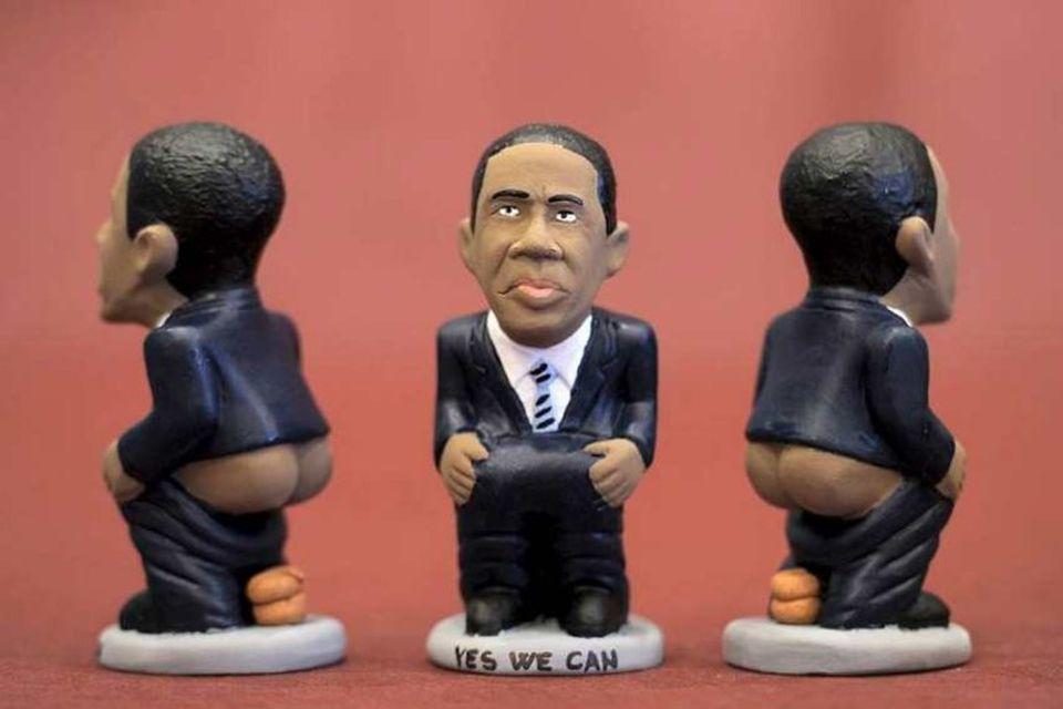 """Leirstytta af Barack Obama, svokölluð """"caganer"""". Rík hefð er fyrir styttum af frægu fólki í …"""