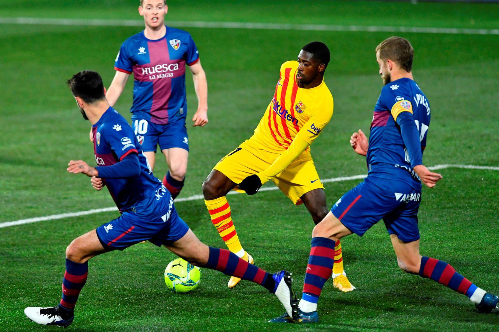 Leikmenn Huesca umkringja Ousmane Dembélé, leikmann Barcelona, í leik liðanna …