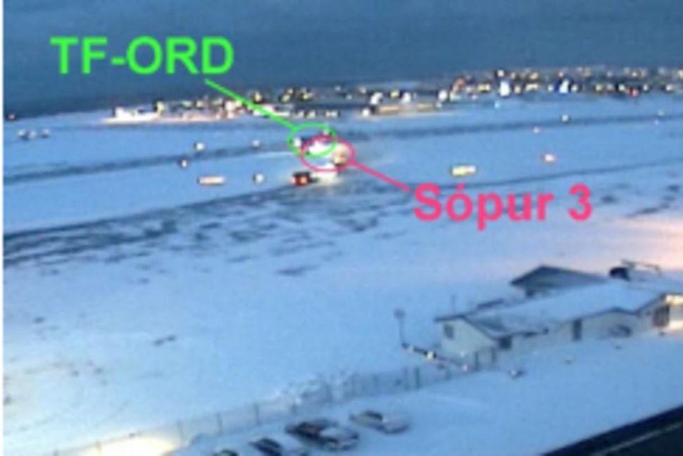 Flugvél TF-ORD fór framhjá snjóruðningstækinu í flugtaksbruni sínu.