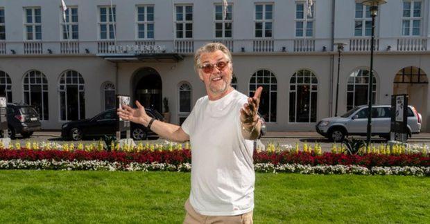 Helgi Björnsson tónlistarmaður treður upp í stofum landsmanna í kvöld.