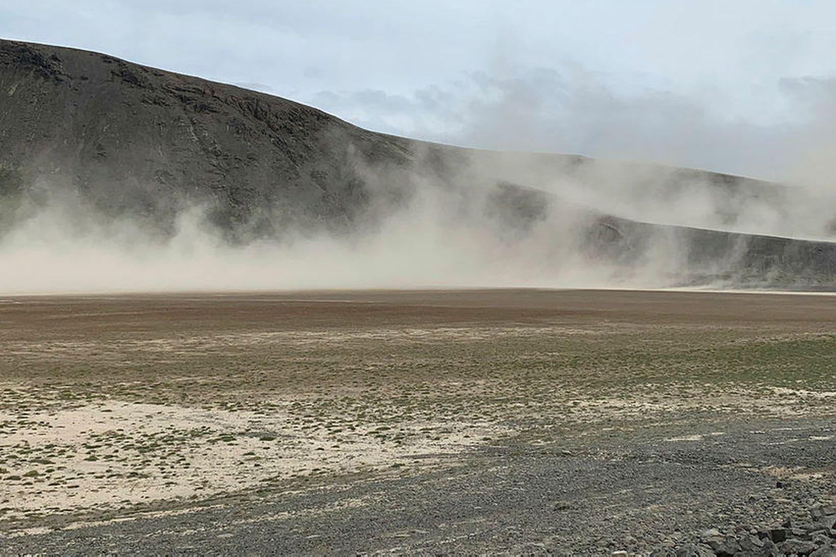 Jarðvegur fauk undan norðvestanáttinni við Sandkluftavatn og Lágafell á Uxahryggjaleið. …