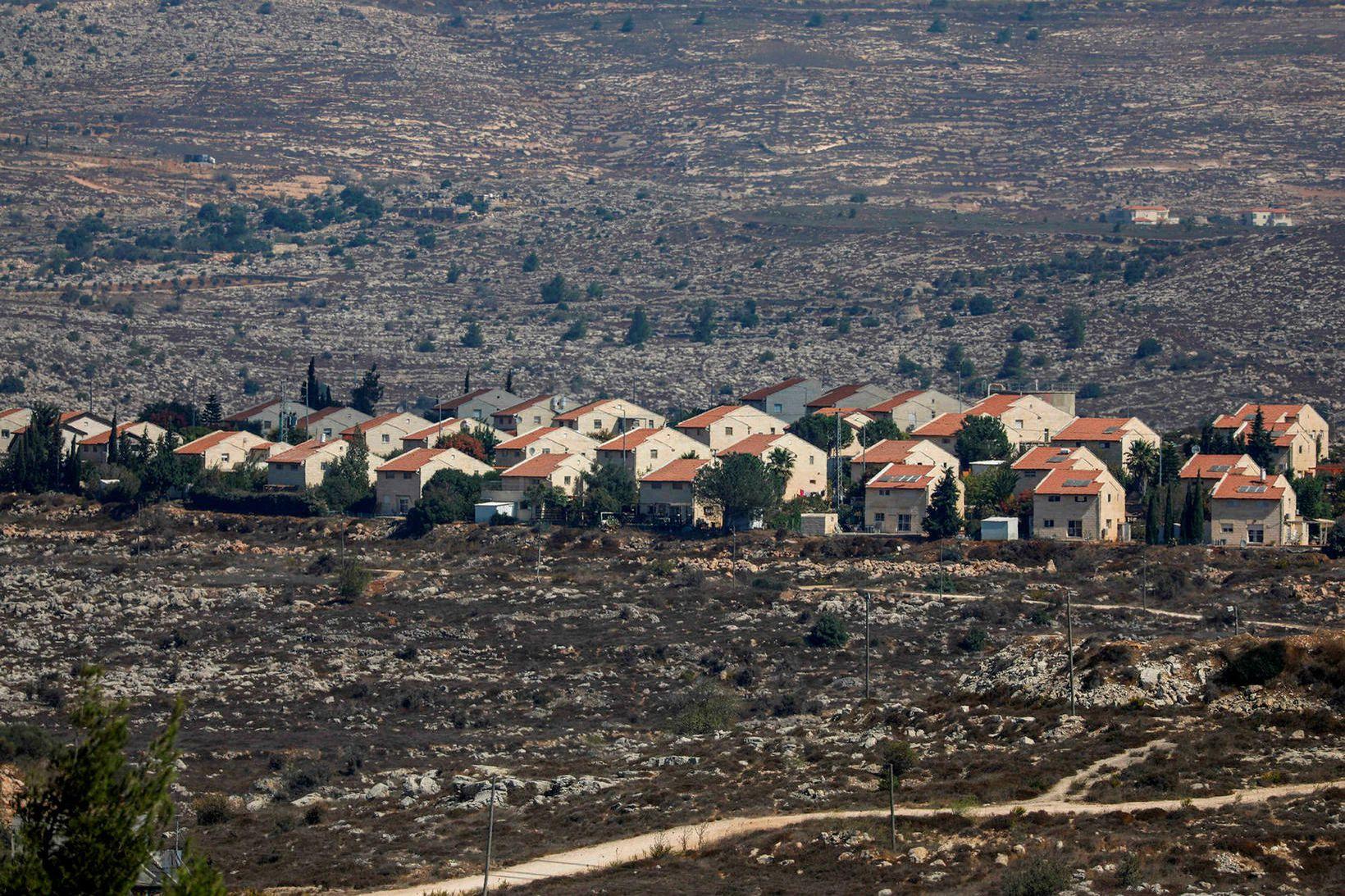 Hér má sjá uppbyggingu Ísraela í Ofra í austurhluta Ramallah, …