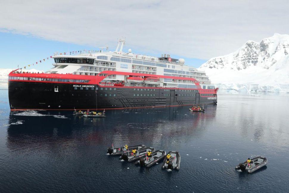 MS Roald Amundsen við skírnarathöfnina 7. nóvember, fyrsta tengiltvinnskip Hurtigruten. ...