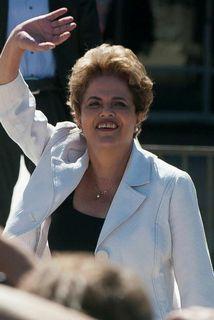 Rousseff vinkar stuðningsmönnum sínum fyrir utan forsetahöllina í gær.