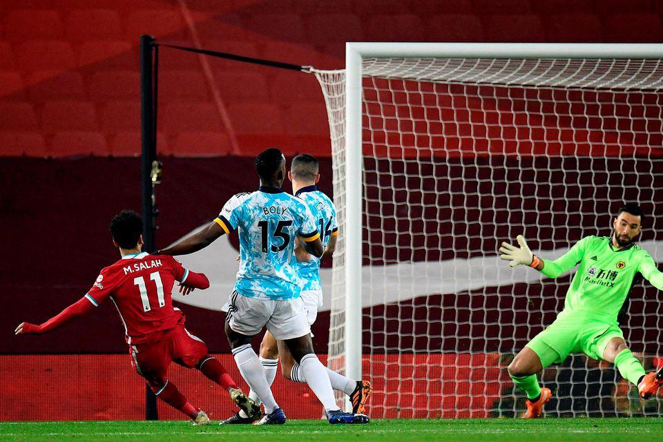 Mohamed Salah kemur Liverpool yfir gegn Wolves.