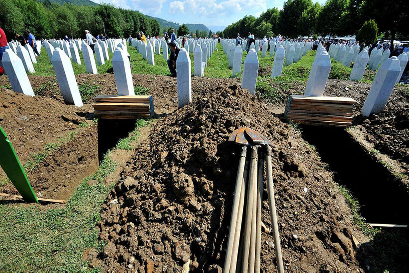 Grafreitur þeirra sem féllu í þjóðarmorðunum í borginni Srebrenica árið …