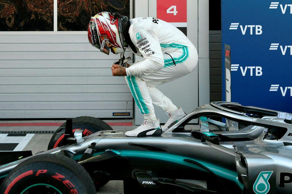 Lewis Hamilton hrósar sigri í Sotsjí.