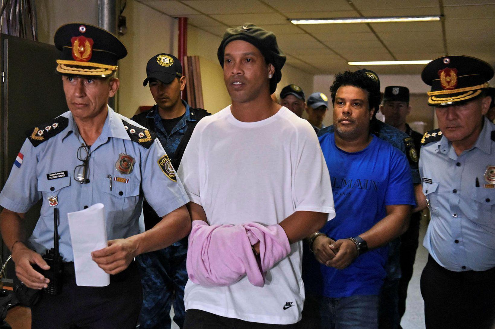 Ronaldinho er að losna úr fangelsi í Paragvæ.