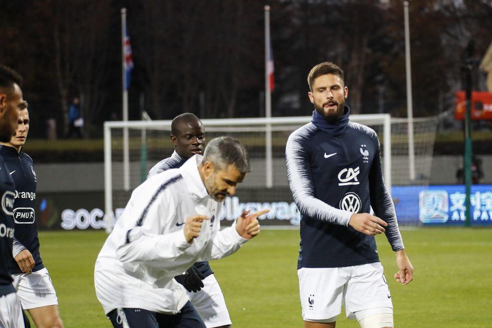 Olivier Giroud hitar upp á Laugardalsvellinum fyrir leikinn.