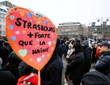 """""""Strassborg er sterkari en hatrið,"""" stendur á skiltinu sem einn þátttakenda í minningarathöfn um fórnarlömb ..."""