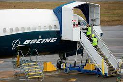 Starfsmenn fyrir framan Boeing 737 MAX-flugvél í mars síðastliðnum í Washington.
