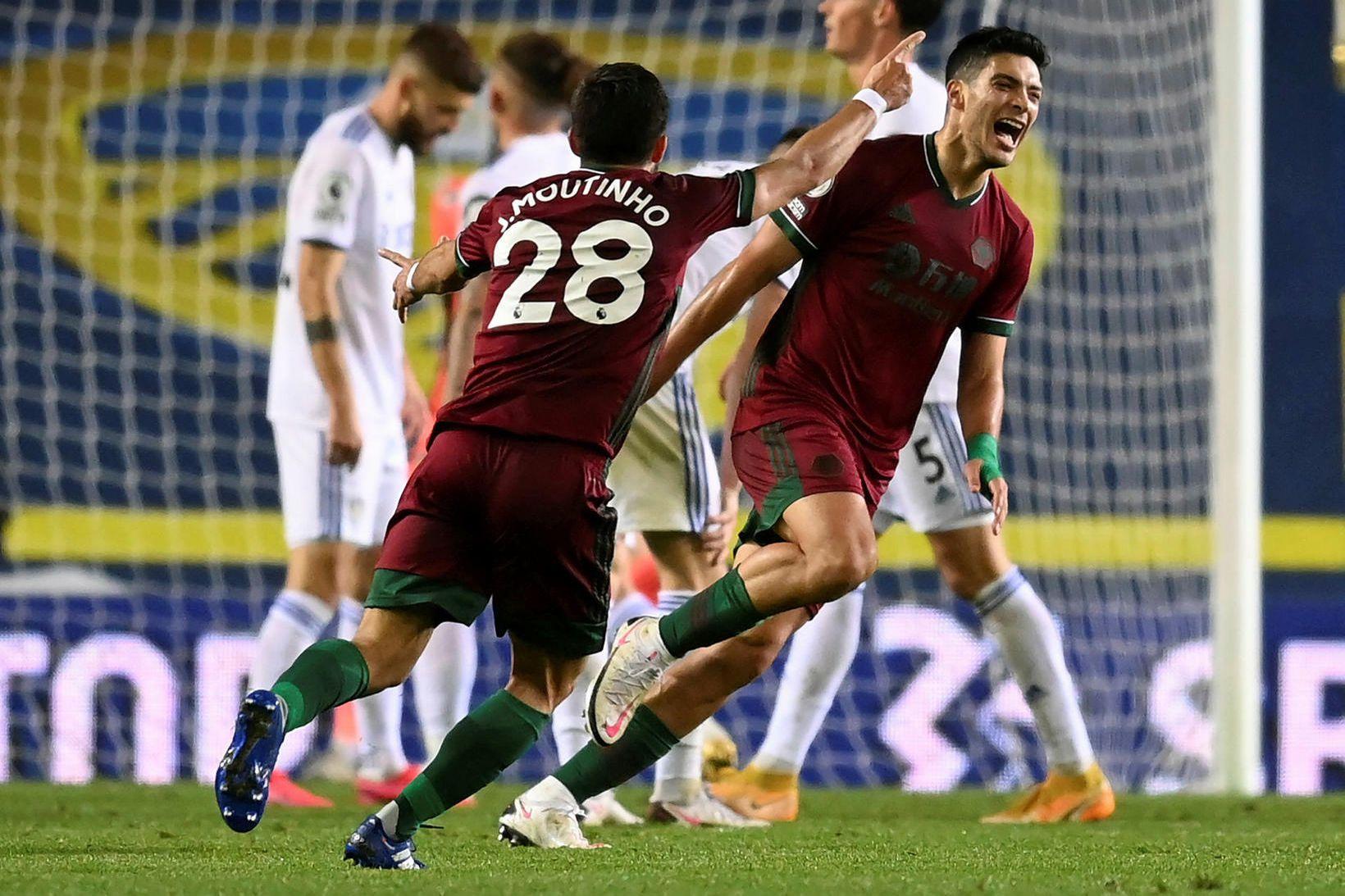 Raúl Jiménez fagnar sigurmarki sínu gegn Leeds í kvöld.