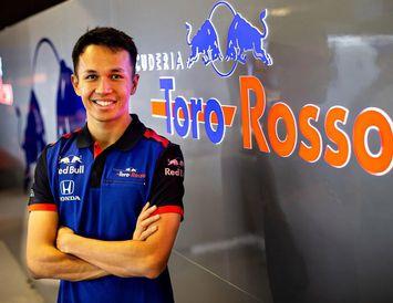 Alexander Albon keppir fyrir Toro Rosso í formúlu-1 á næsta ári.