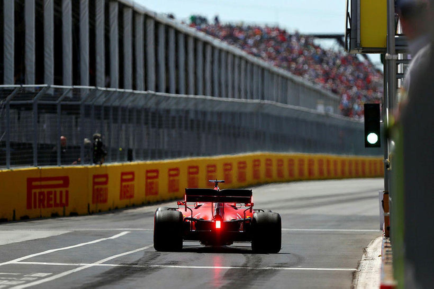 Sebastian Vettel ekur inn í bílskúrareinina í Montreal á lokaæfingunni.