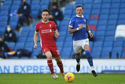 Diogo Jota og Ben White eigast við í leik Brighton og Liverpool á dögunum.