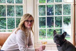 Leikkonan Reese Witherspoon birti mynd af sér með hvítvínsglas ásamt hundinum Pepper. Hún skrifar undir …