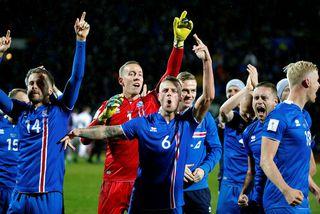 Íslenska landsliðið fagnar sæti sínu á HM síðasta haust.