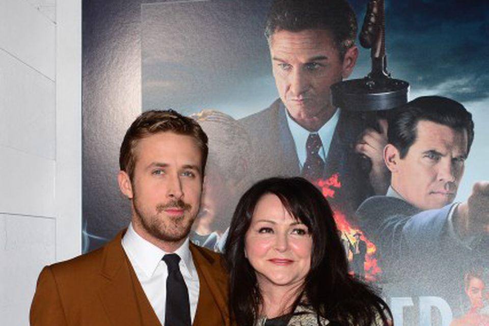 Gosling með mömmu sinni á frumsýningu.