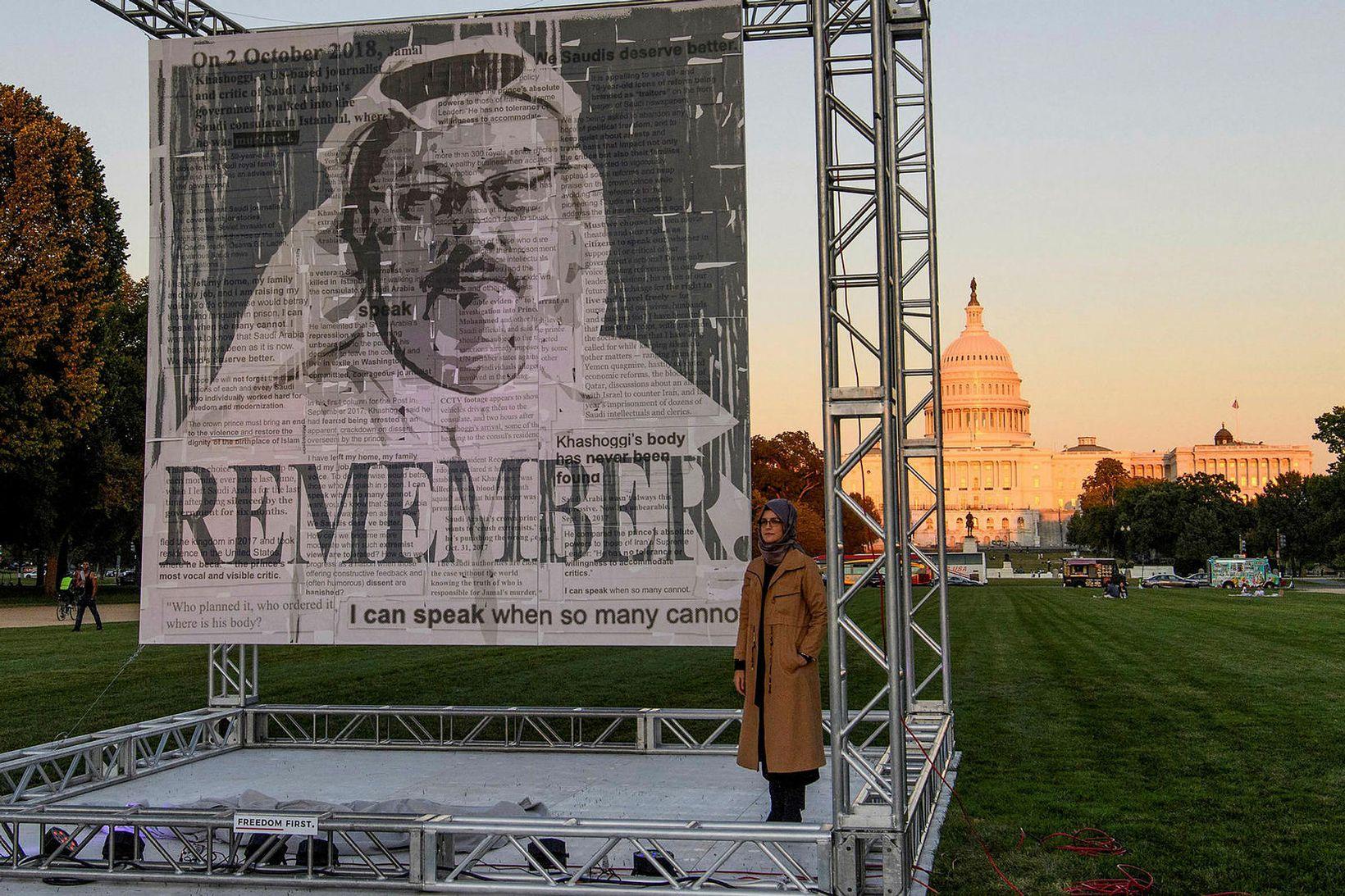 Hatice Cengiz, unnusta Jamals Khashoggis, við minnisvarða um hann sem …