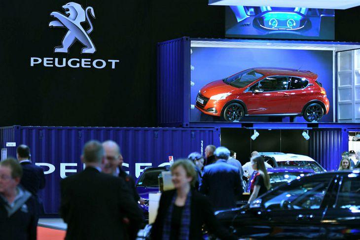 Gestir á bás PSA Peugeot Citroen á bílasýningu í Essen í Þýskalandi í byrjun desember. ...
