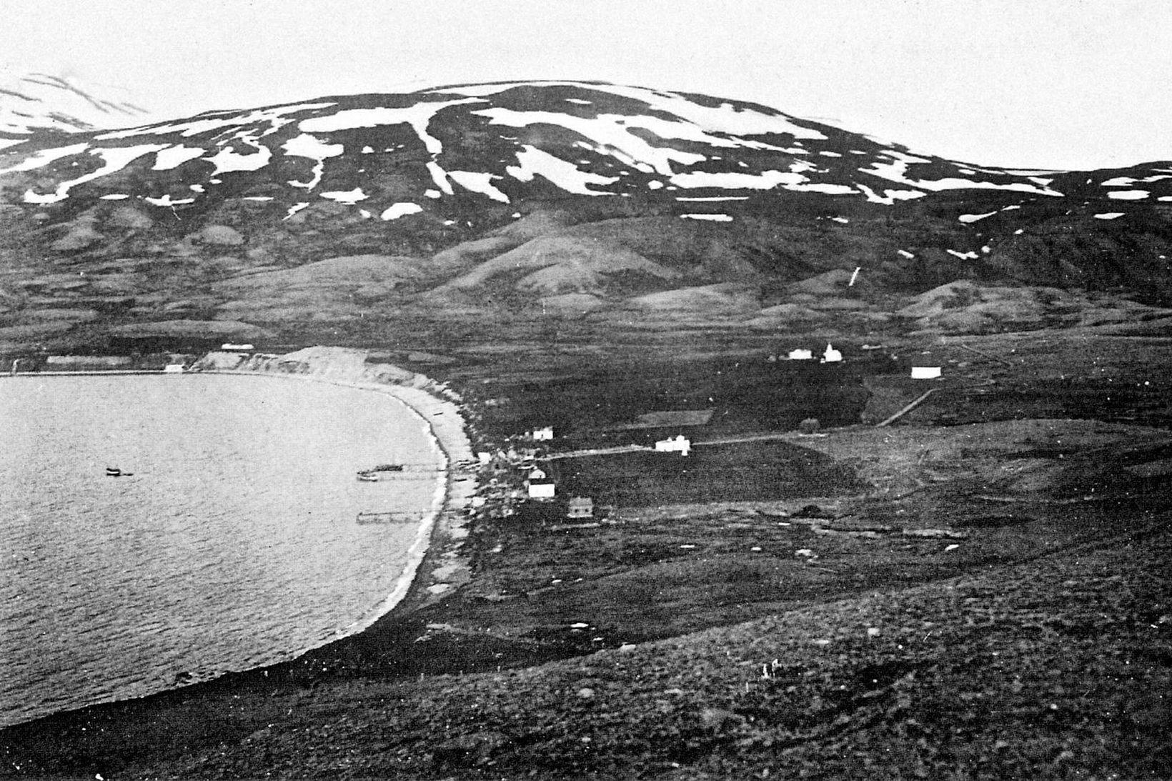 Grenivík 1925. Þorpið var að byrja að myndast. Ofarlega til …