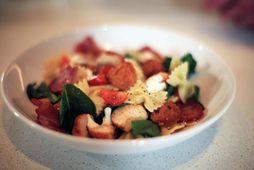 Punkturinn yfir i-ið í þessu matarmikla ítalska salati er ferskt basil og parmesan ostur.