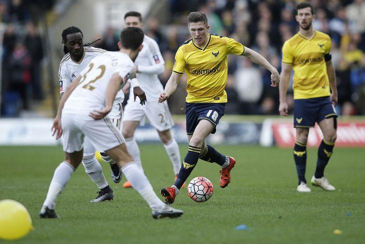 John Lundstram, leikmaður Oxford, sækir að vörn Swansea á Kassam Stadium í Oxford í dag.