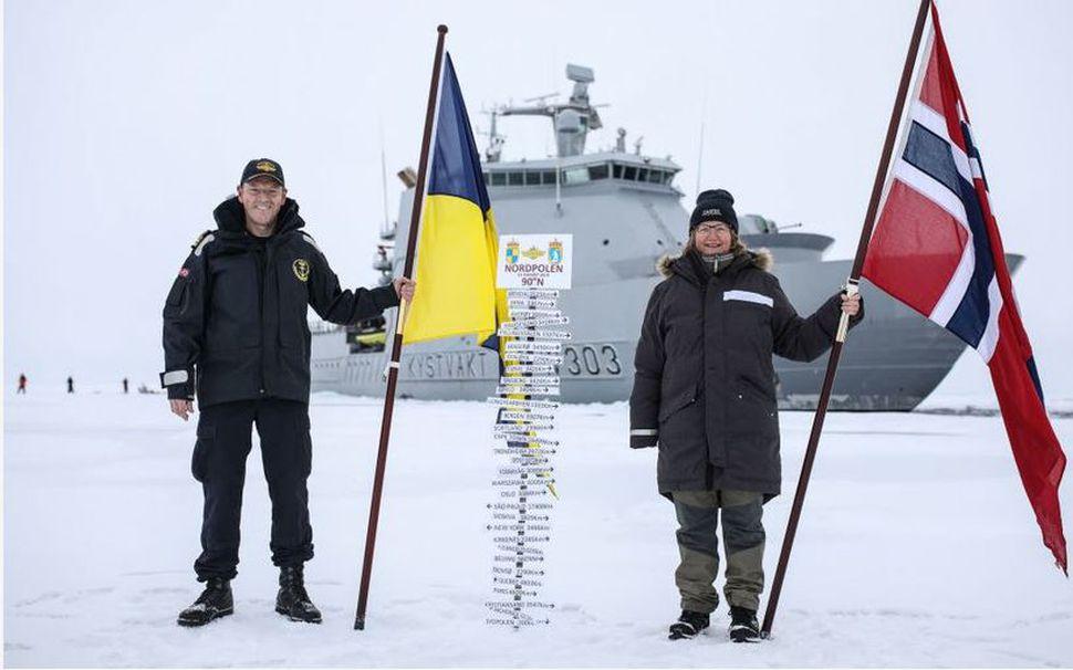 Áhöfn skipsins KV Svalbard flaggaði við komuna á Norðurpólinn.