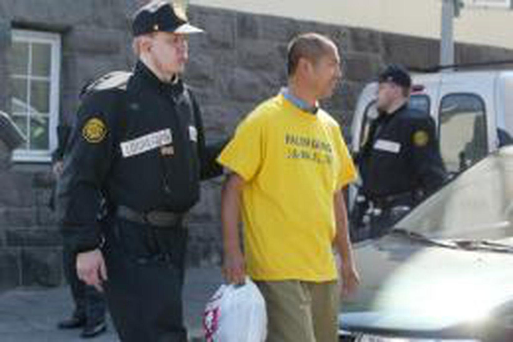 Lögregla hefur afskipti af liðsmanni Falun Gong við Þjóðmenningarhúsið.