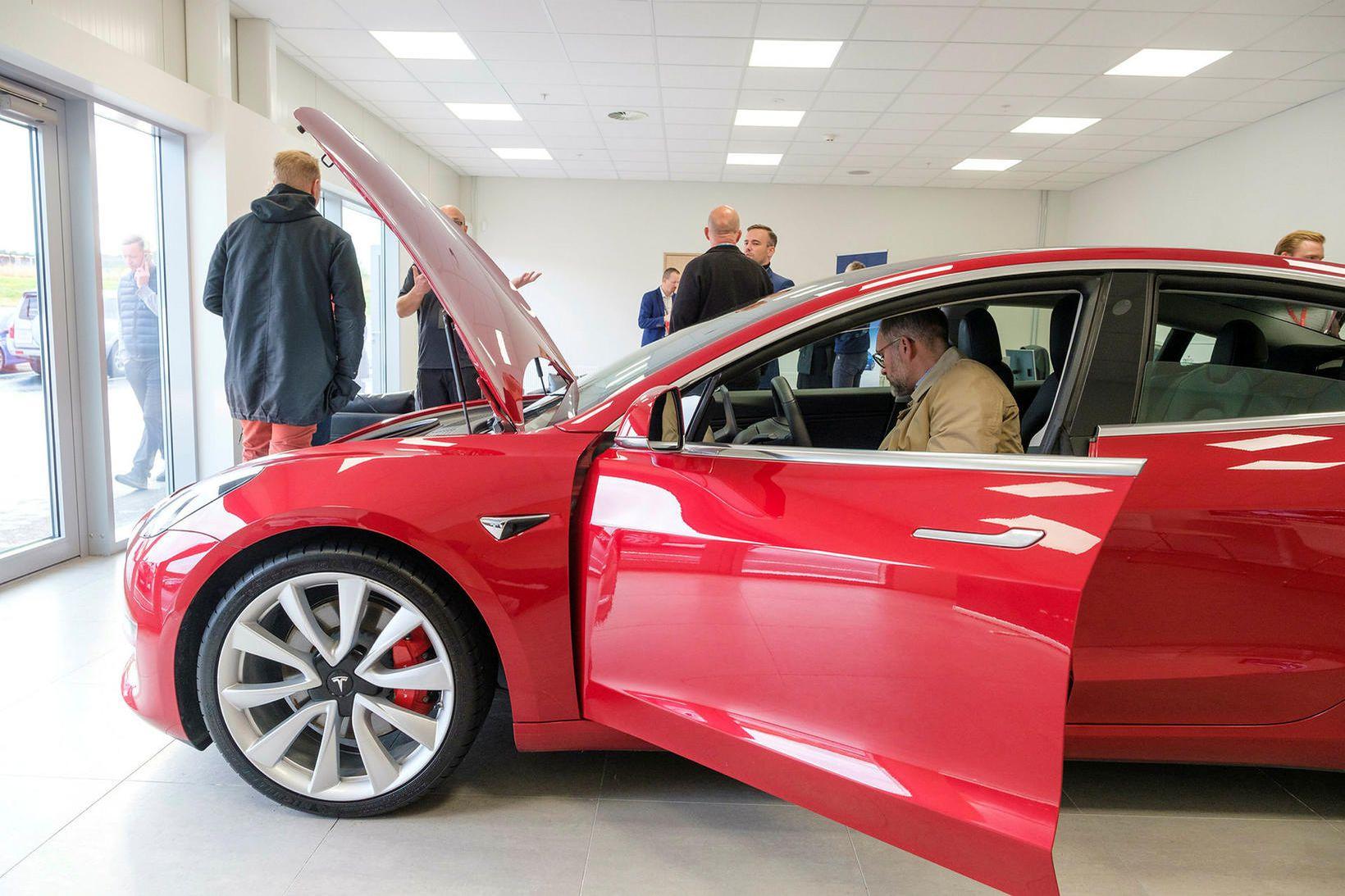 Frá opnun sýningarsal Tesla á Íslandi.