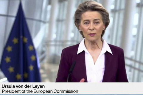 Forseti framkvæmdastjórnar ESB, Ursula von der Leyen, ávarpar hér gesti á viðskiptaráðstefnunni í Davos.