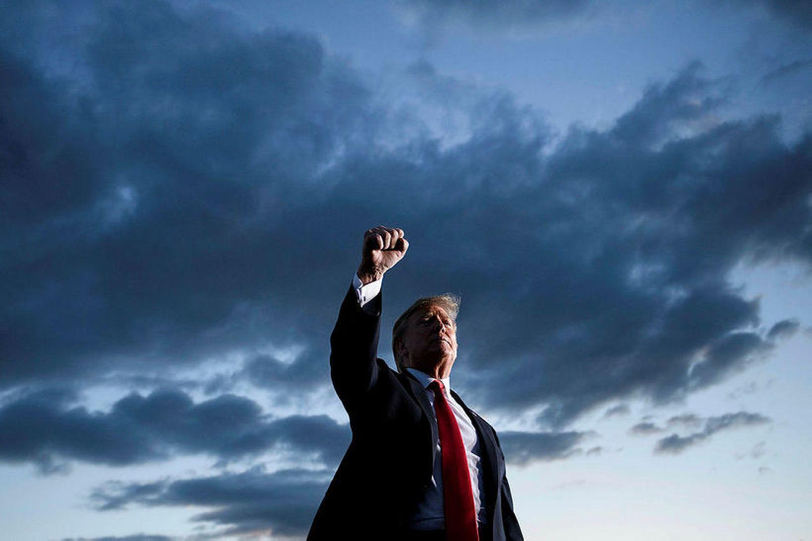 Donald Trump Bandaríkjaforseti flytur ræðu á fundi með stuðningsmönnum. Skóframleiðendur …
