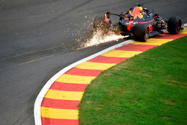 Neistaflugið stendur aftur úr Red Bull-bíl Daniels Ricciardo áður en fór að rigna í tímatökunni ...