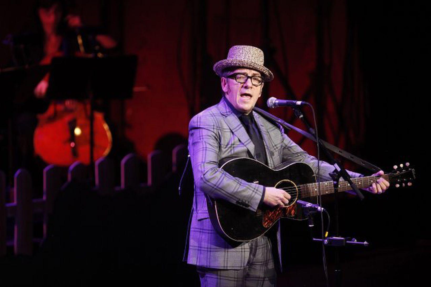 Elvis Costello hélt tónleika í Svíþjóð í gær.