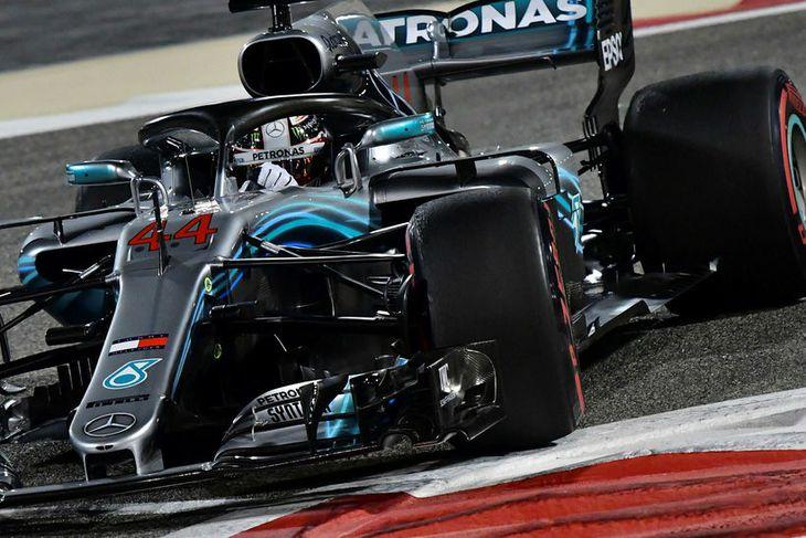 Lewis Hamilton færist aftur á rásmarkinu í Barein vegna ótímabærra gírkassaskipta.